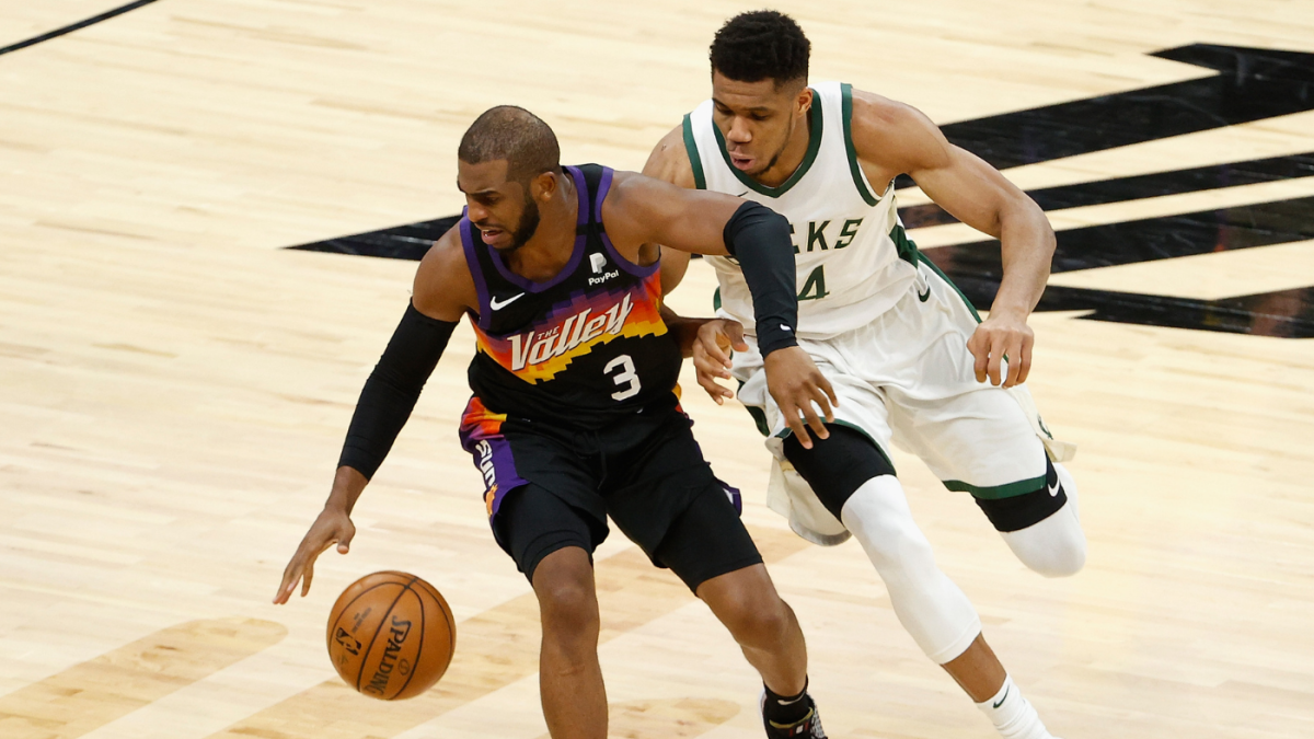 Chris Paul and Giannis Antetokounmpo fighting for the ball