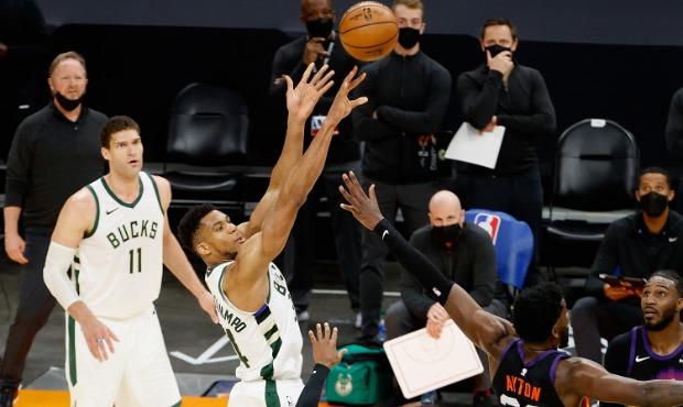 Giannis shooting over Phoenix Suns