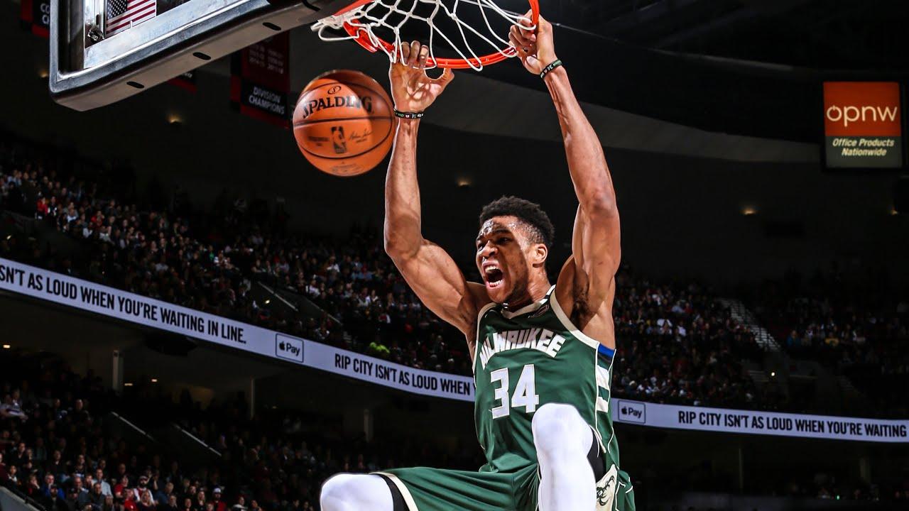 Milwaukee Bucks Giannis Antetokounmpo dunking